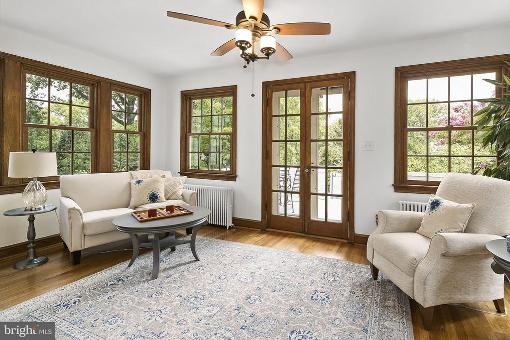Family Room with walls of windows - 1805 N HARVARD ST, ARLINGTON