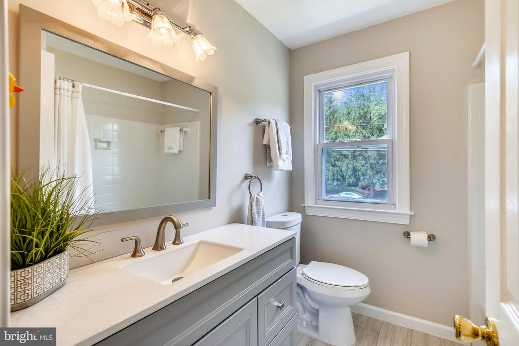 Tub/shower in full bath with oversized vanity! - 8327 STONEWALL DR, VIENNA