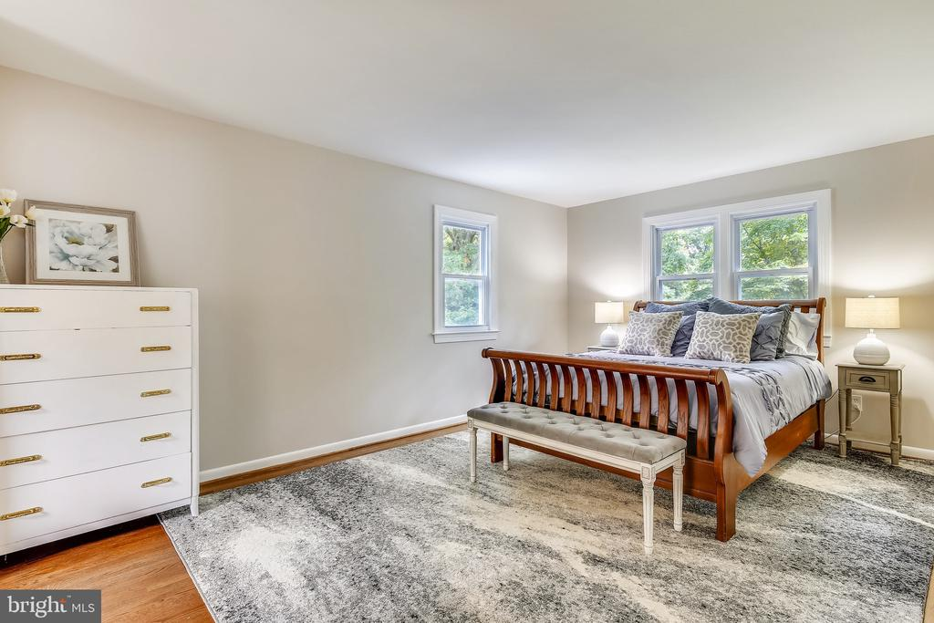 Large master bedroom! - 8327 STONEWALL DR, VIENNA