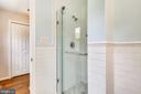 Beautifully renovated master bath w/walk-in shower - 8327 STONEWALL DR, VIENNA