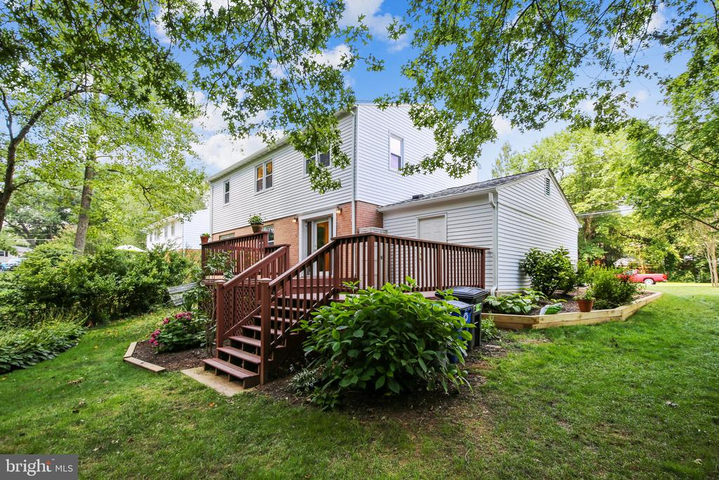 Lots of yard space! - 8327 STONEWALL DR, VIENNA