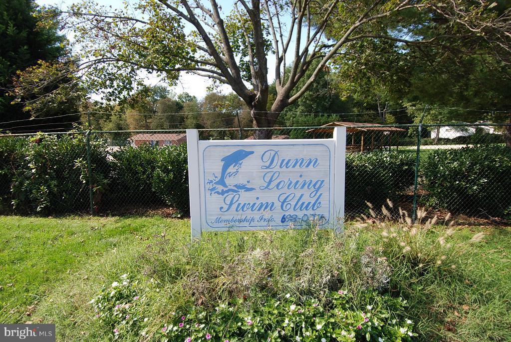 8 minute walk to the Dunn Loring Swim Club! - 8327 STONEWALL DR, VIENNA