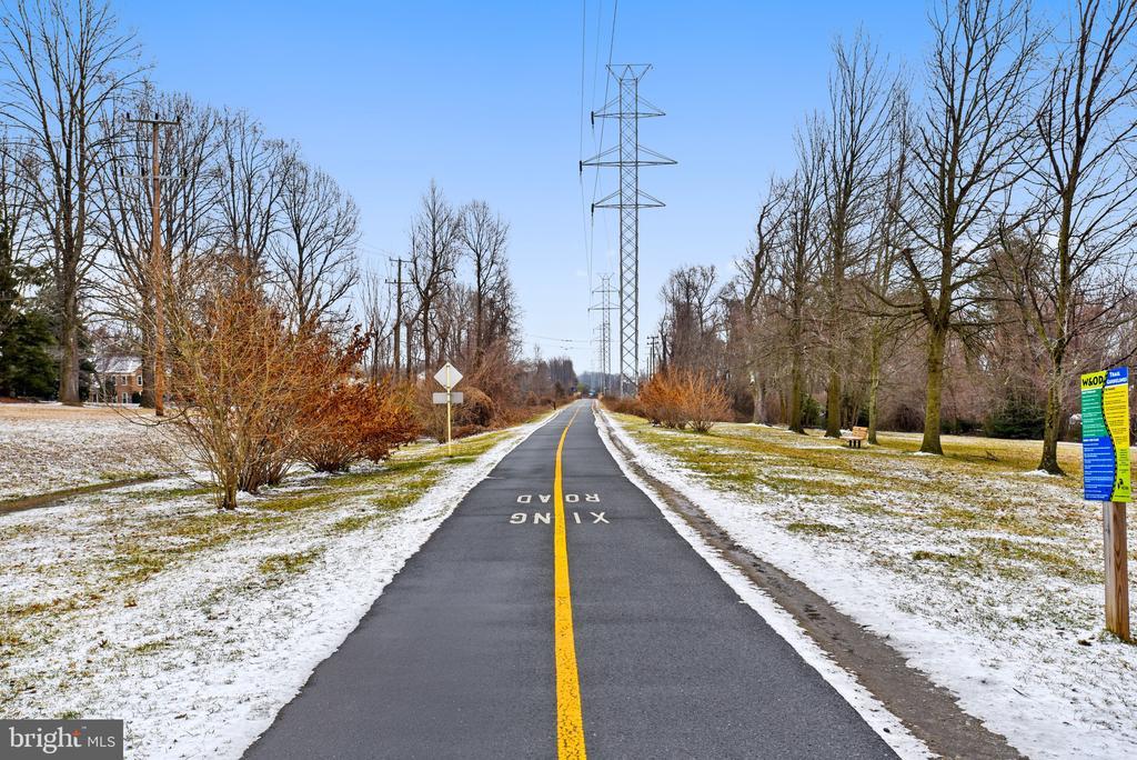 Half mile to W&OD Trail! - 8327 STONEWALL DR, VIENNA