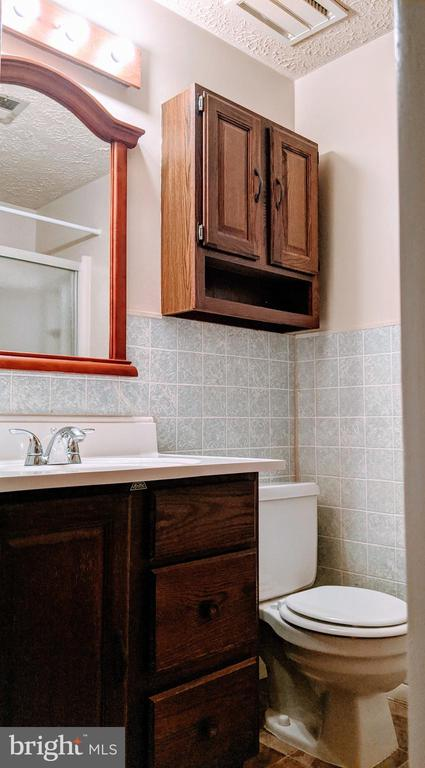 Hall bath - 995-J HEATHER RIDGE DR #4J, FREDERICK