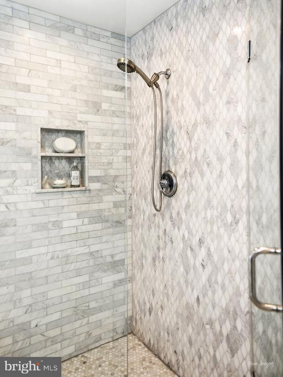seamless glass, niche, marble tile surround - 9801 BIG WOODS CT, IJAMSVILLE