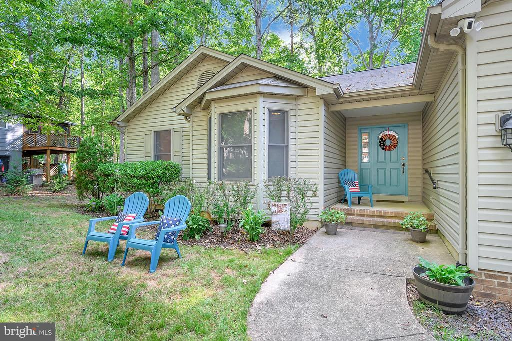 Enjoy the scenery orWatch the neighborhood at play - 111 SILVER SPRING DR, LOCUST GROVE