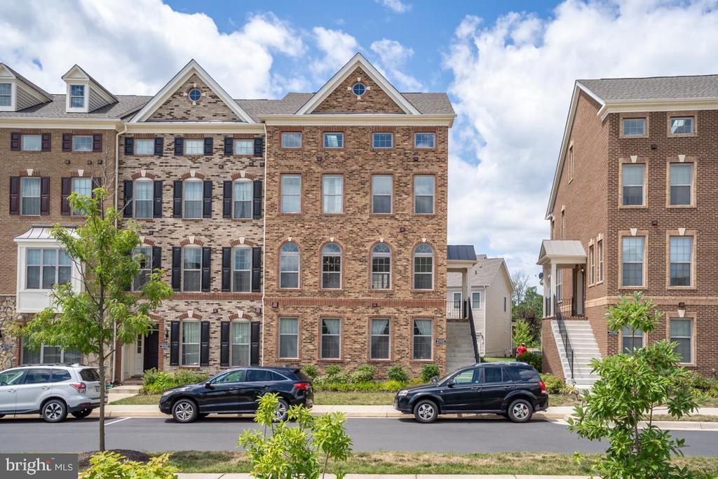 Welcome Home to the Easton Model w/Loft/Terrace! - 22519 NAUGATUCK SQ, ASHBURN