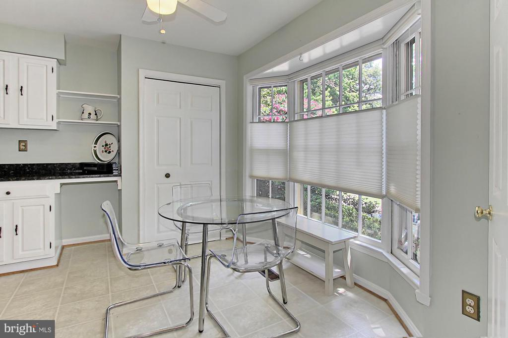 Eat-In-Kitchen w/Bay Window - 4631 N 4TH RD N, ARLINGTON