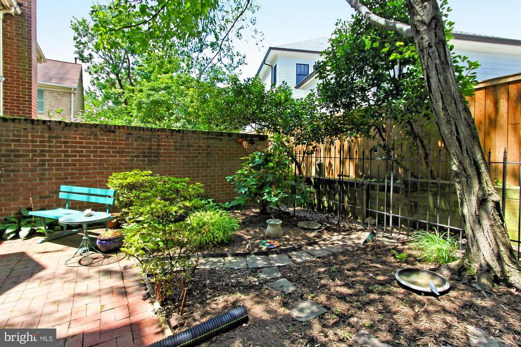 Private Peaceful Patio - 4631 N 4TH RD N, ARLINGTON
