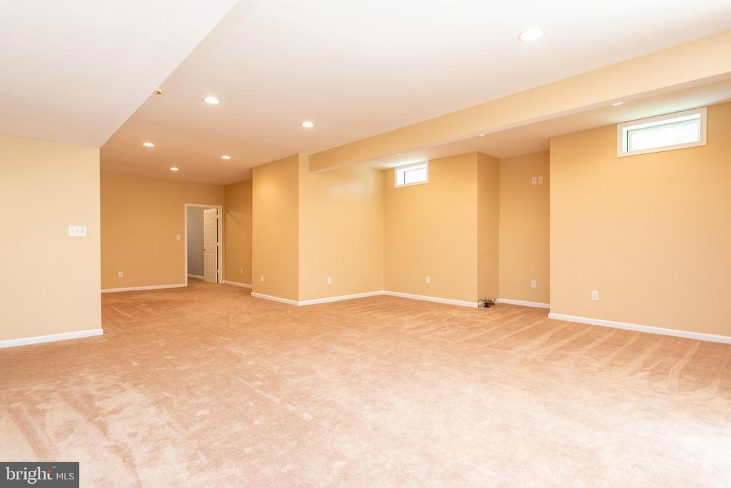 Basement with massive carpeted rec room - 6033 SUMNER RD, ALEXANDRIA
