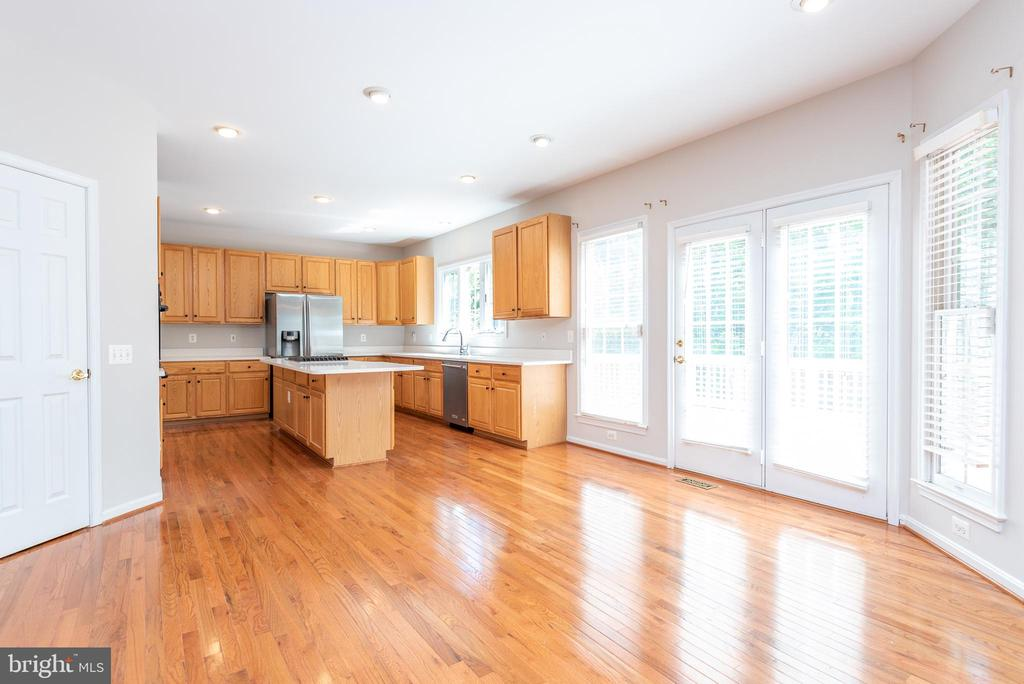 Open kitchen with large breakfast/dining area - 6033 SUMNER RD, ALEXANDRIA