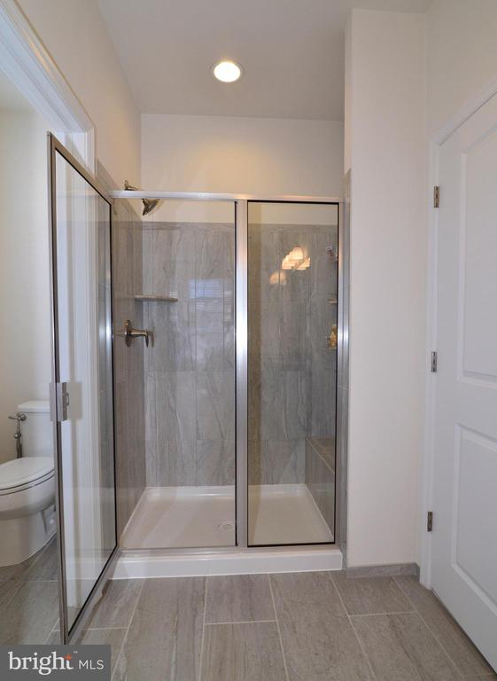 Master shower - 23398 EPPERSON SQ, BRAMBLETON