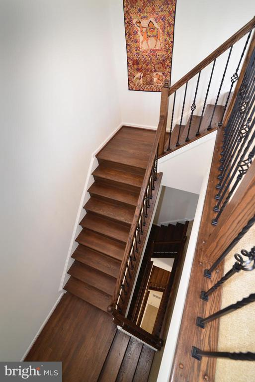 Hardwood stairs to every level - 23398 EPPERSON SQ, BRAMBLETON