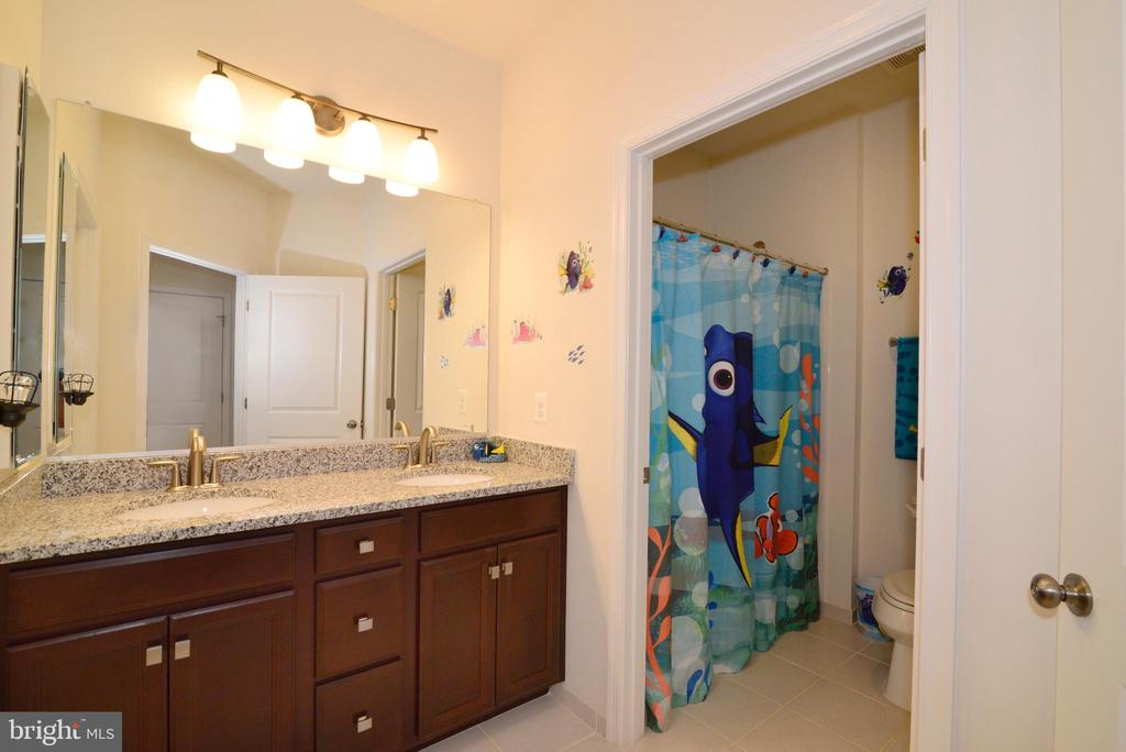 Hall bath - 23398 EPPERSON SQ, BRAMBLETON