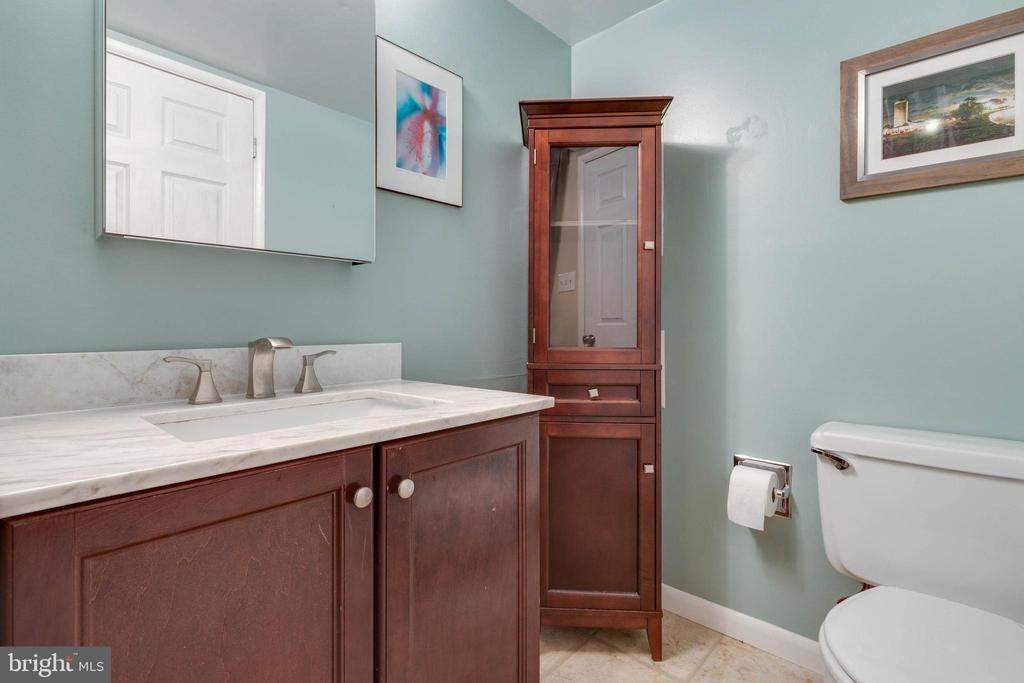 Main level half bath - 1326 NORTHGATE SQ, RESTON