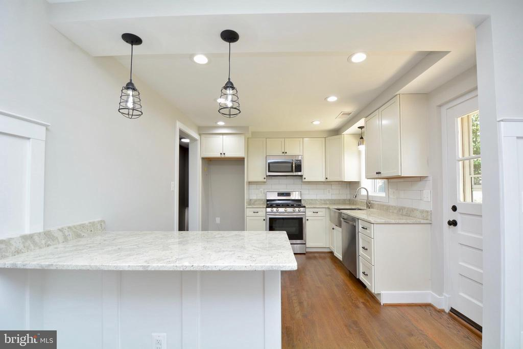 Gorgeous white kitchen - 7416 LEIGHTON DR, FALLS CHURCH