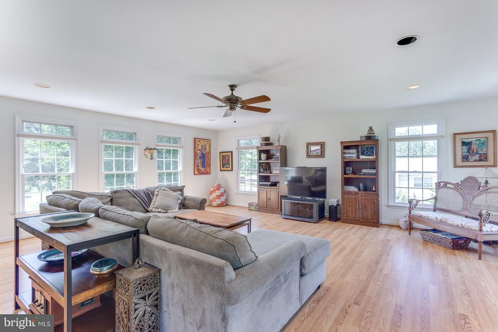 Family Room with lots of light and ceiling fan - 805 GOLDEN ARROW ST, GREAT FALLS