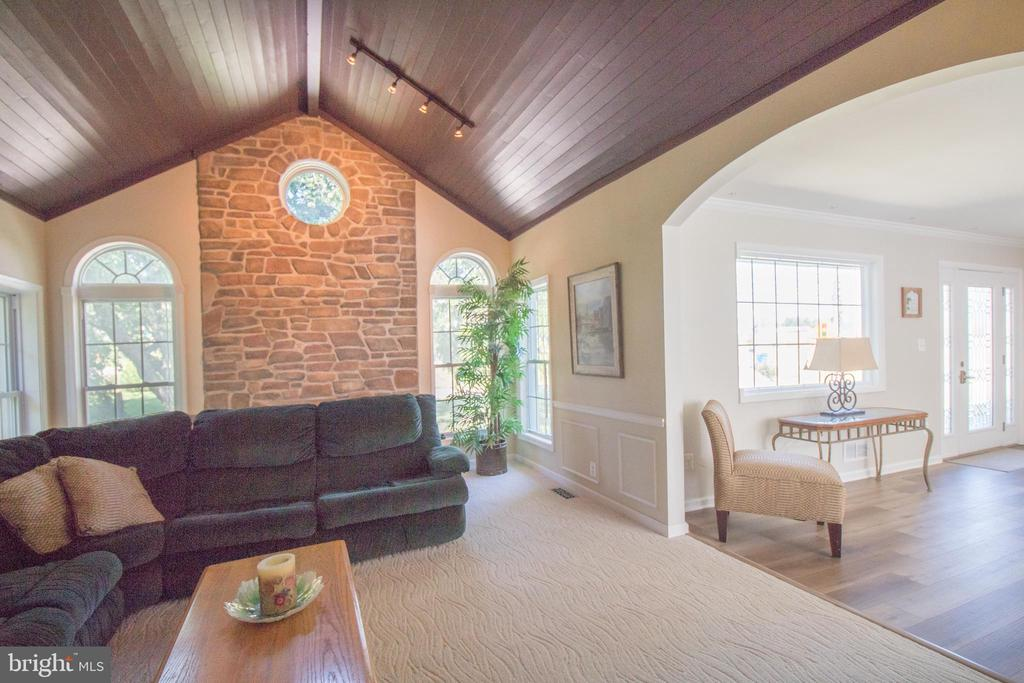 Warm and inviting living room - 5678 WATERLOO RD, COLUMBIA