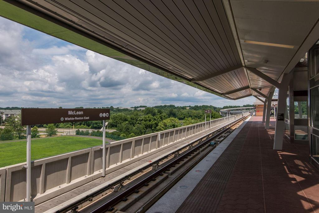 Less than 1 Mile to McLean Metro Station - 1931 WILSON LN #102, MCLEAN