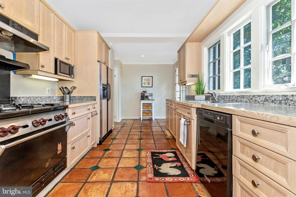 Main home kitchen - 8931 COLESVILLE RD, SILVER SPRING