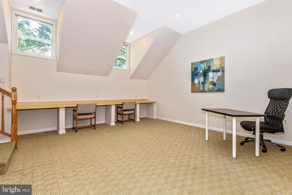 2nd flr BR or office in apartment - 8931 COLESVILLE RD, SILVER SPRING