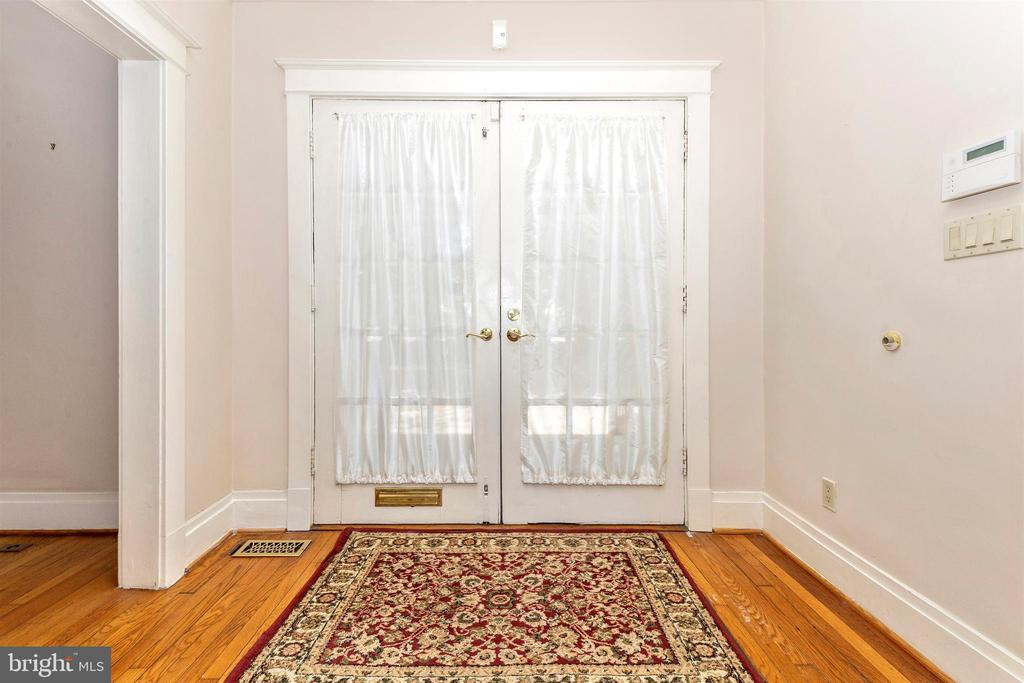 Main home foyer - 8931 COLESVILLE RD, SILVER SPRING
