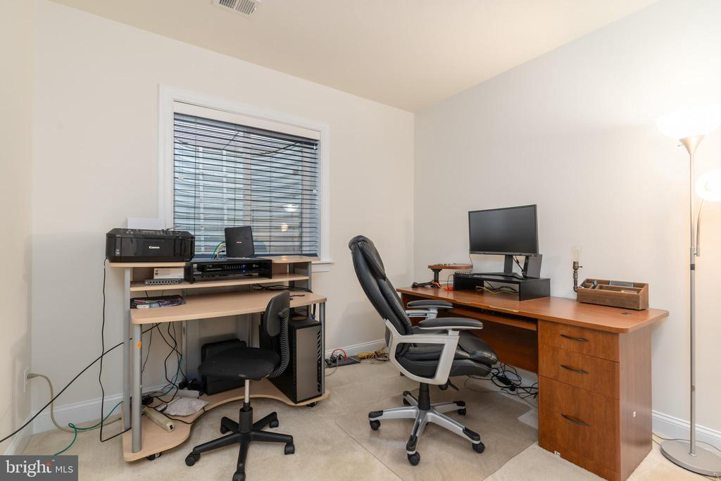Lower level bedroom/office - 7142 DEGROFF CT, ANNANDALE