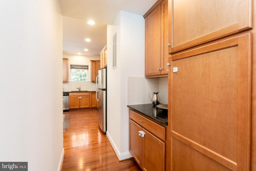 Butler's Pantry - 7142 DEGROFF CT, ANNANDALE