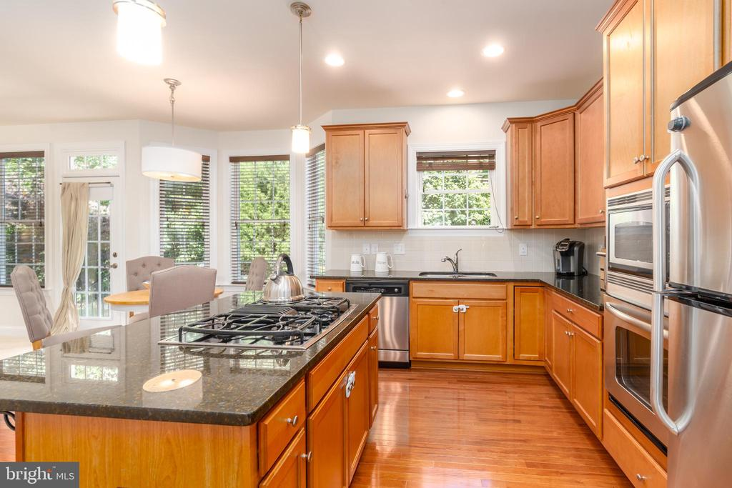 Spacious kitchen w/ lots of storage - 7142 DEGROFF CT, ANNANDALE