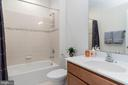 Upstairs hall bath with tub/shower - 7142 DEGROFF CT, ANNANDALE