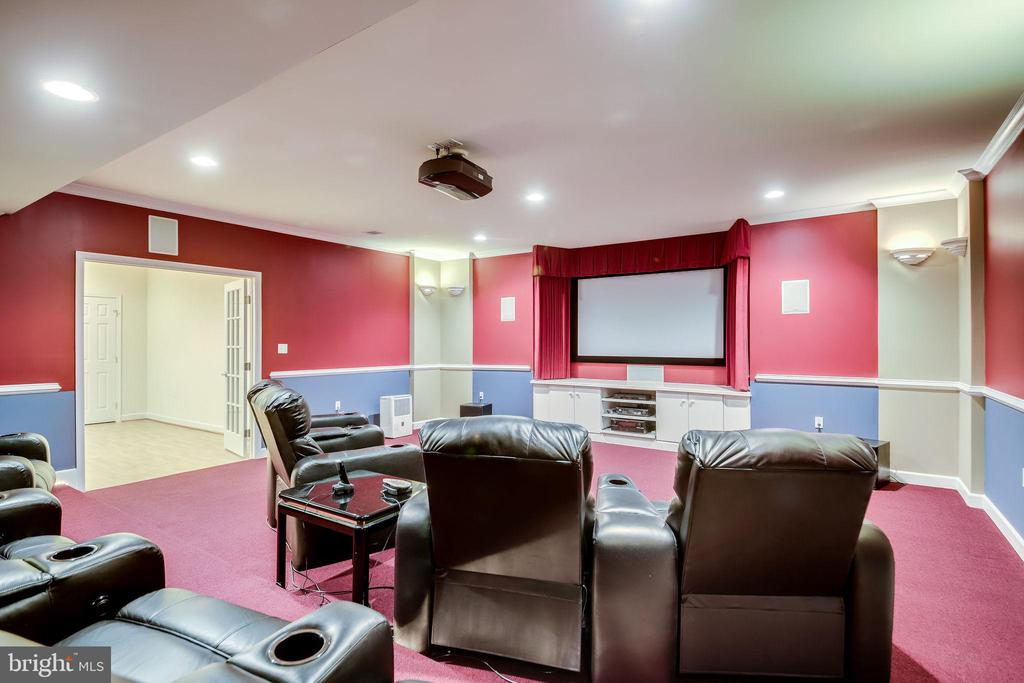 Chairs, projector and screen convey! - 11604 TORI GLEN CT, HERNDON