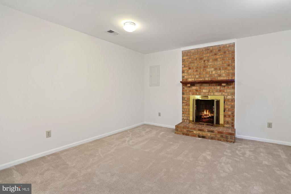 8' ceilings and FP#2 lower level - 848 N FREDERICK ST, ARLINGTON