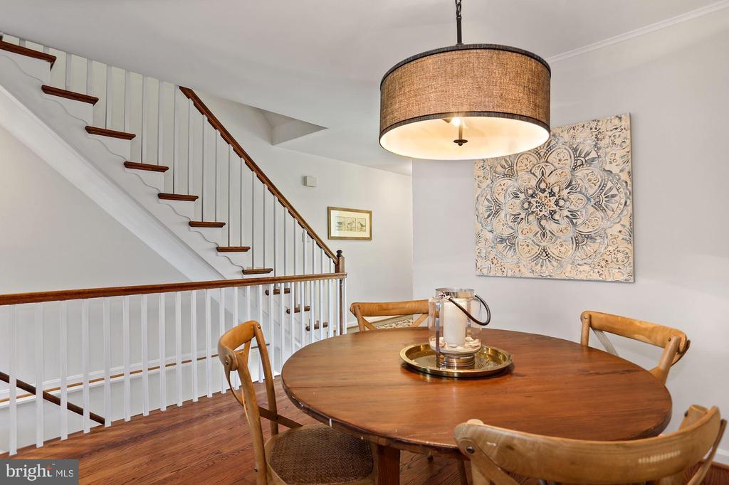Open staircase - 848 N FREDERICK ST, ARLINGTON