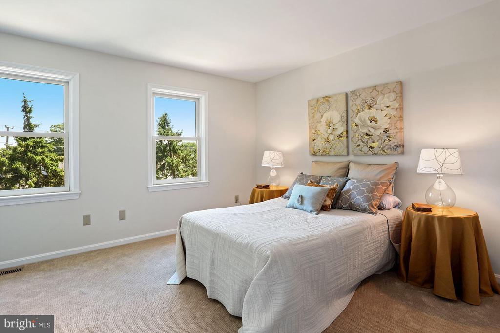 Bright & spacious owner's bedroom - 848 N FREDERICK ST, ARLINGTON