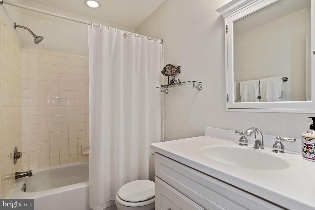 Upper level full bathroom - 848 N FREDERICK ST, ARLINGTON