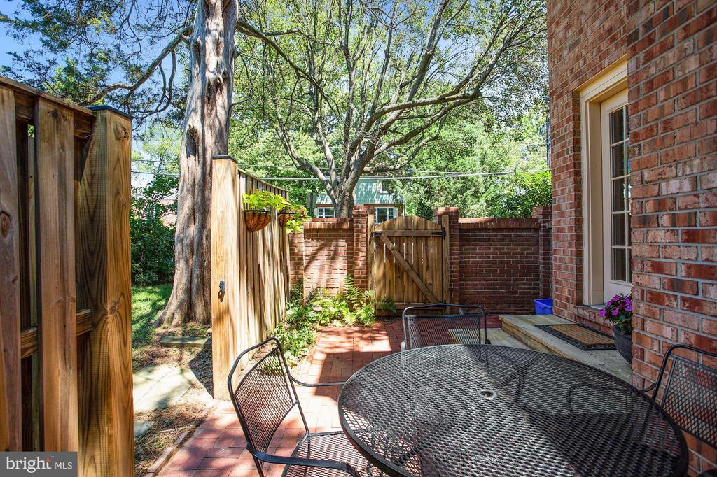 Easy exit for walking dogs - 848 N FREDERICK ST, ARLINGTON