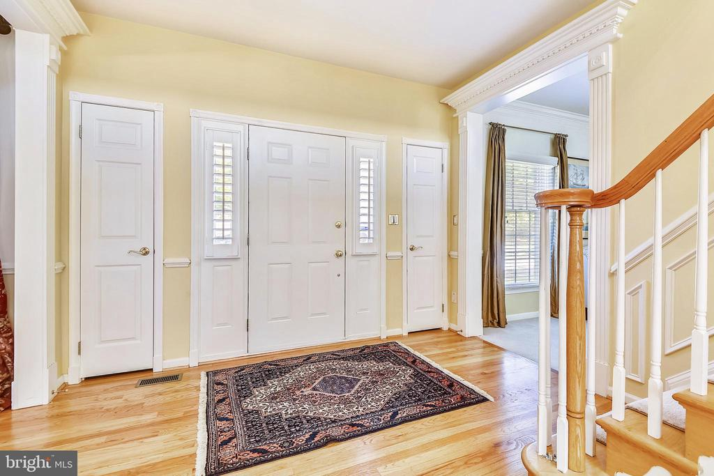 Two story foyer has gleaming hardwood floor - 20405 EPWORTH CT, GAITHERSBURG