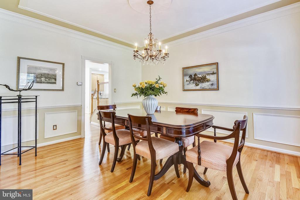 Formal dining room has gleaming hardwood floor - 20405 EPWORTH CT, GAITHERSBURG