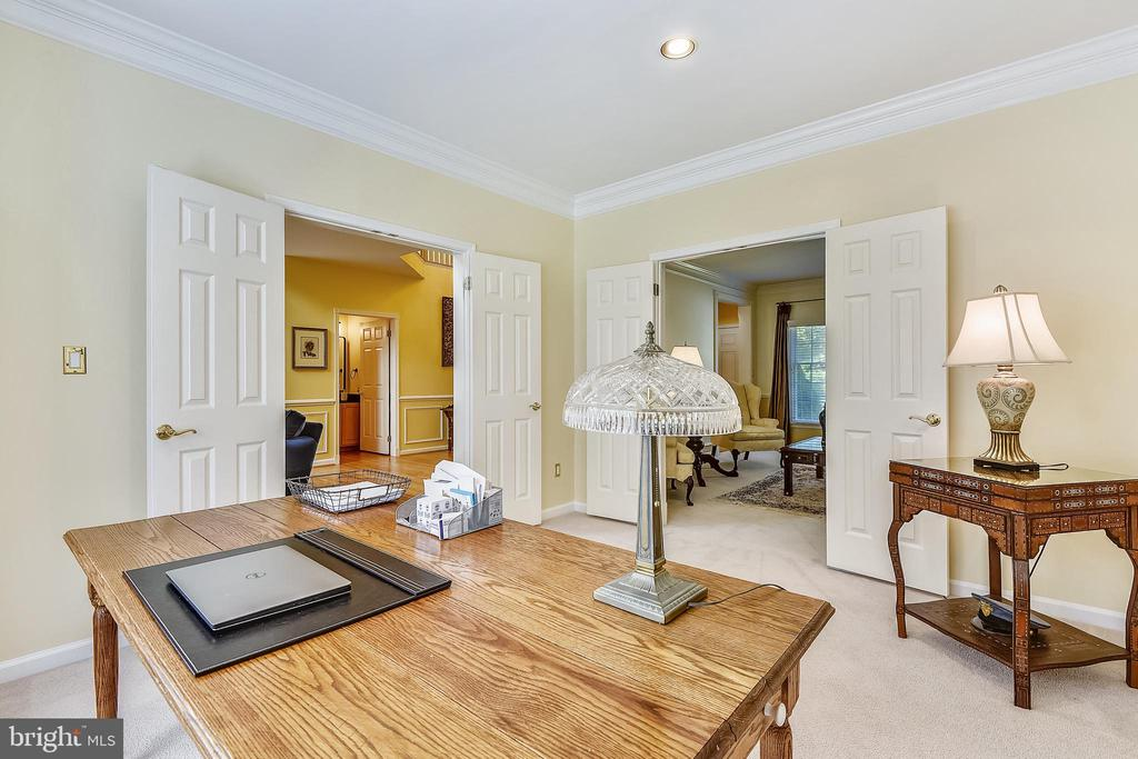 Main level library is open to the living room - 20405 EPWORTH CT, GAITHERSBURG