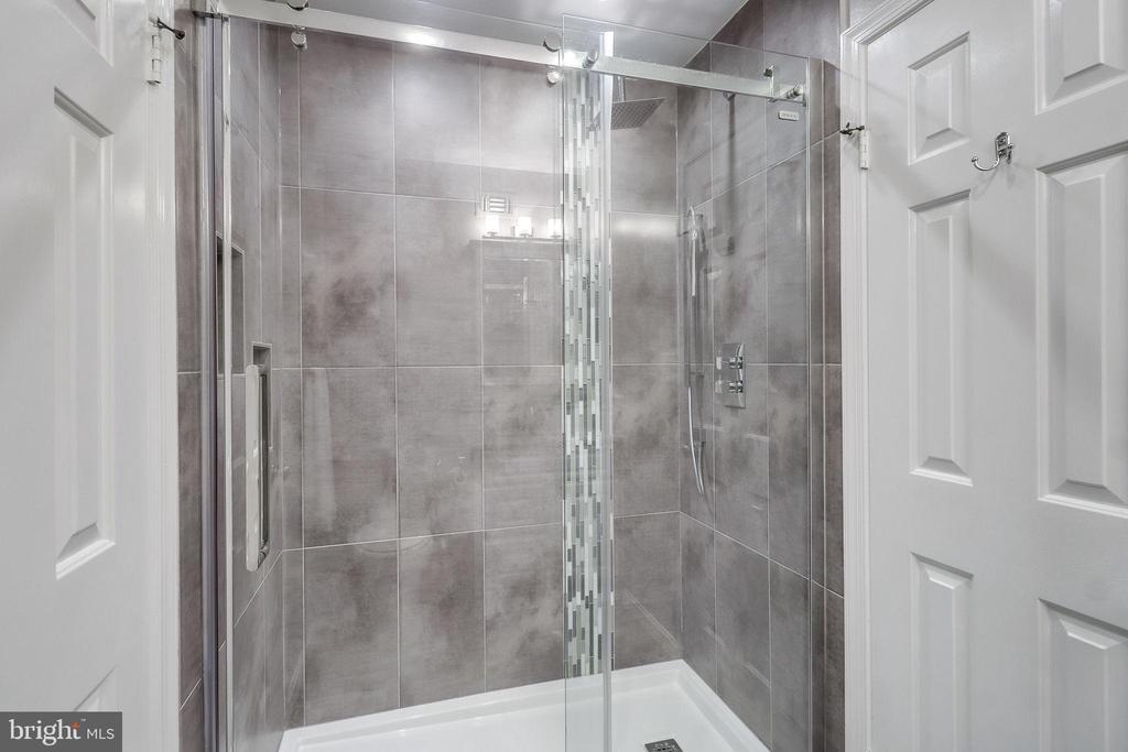 Second Upstairs Bathroom - 624-A N TAZEWELL ST, ARLINGTON