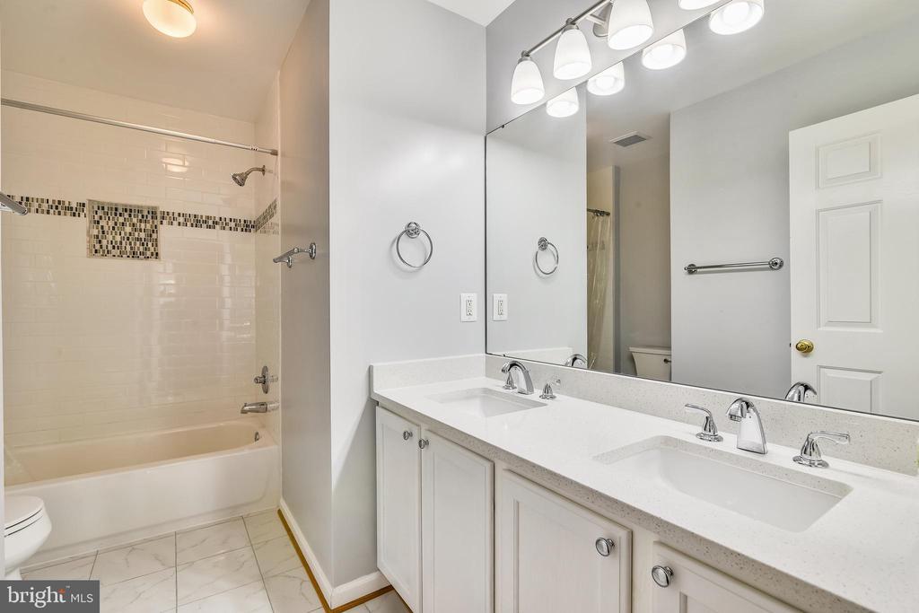 Hall Full Bathroom - 14091 EAGLE CHASE CIR, CHANTILLY
