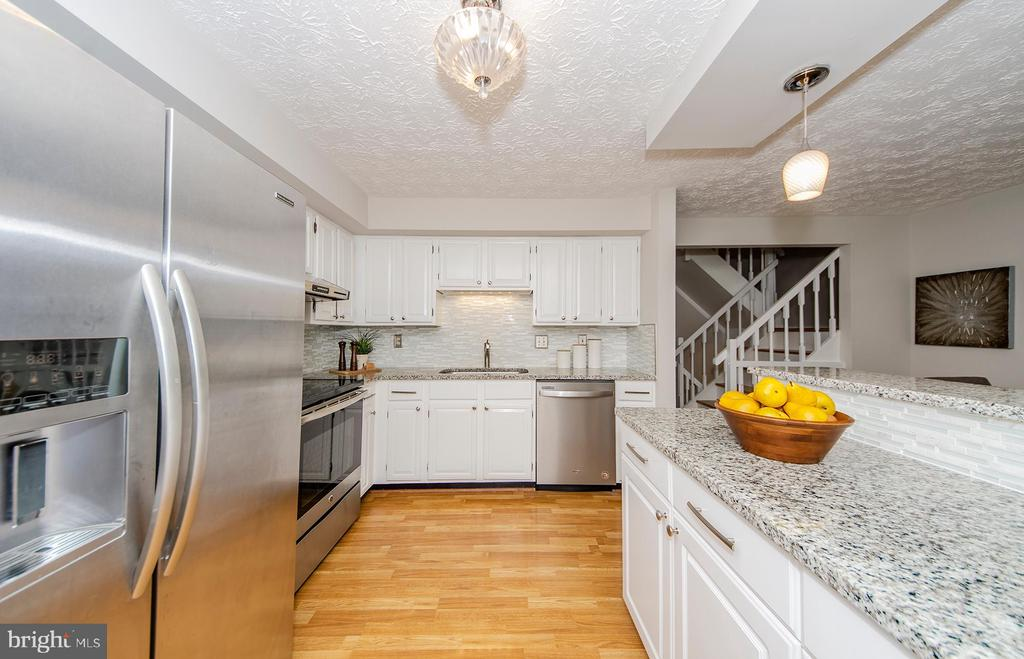 Granite counters and stainless appliances - 2033 BROOKS SQUARE PL, FALLS CHURCH