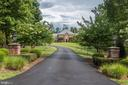 Wide paved driveway - 18692 RIVERLOOK CT, LEESBURG