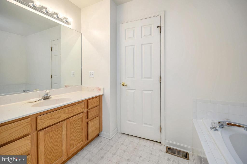 Master Bath - 1221 LAKEVIEW PKWY, LOCUST GROVE
