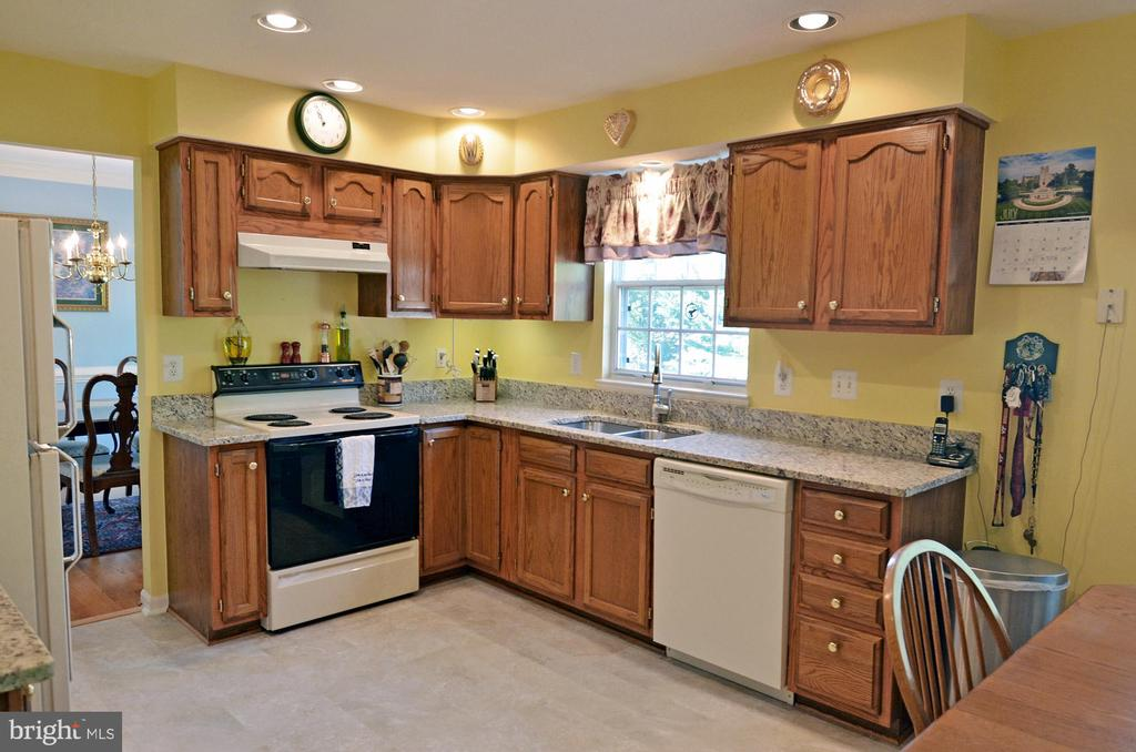 Large Kitchen w/NEW Granite Counters - 2314 COLTS BROOK DR, RESTON