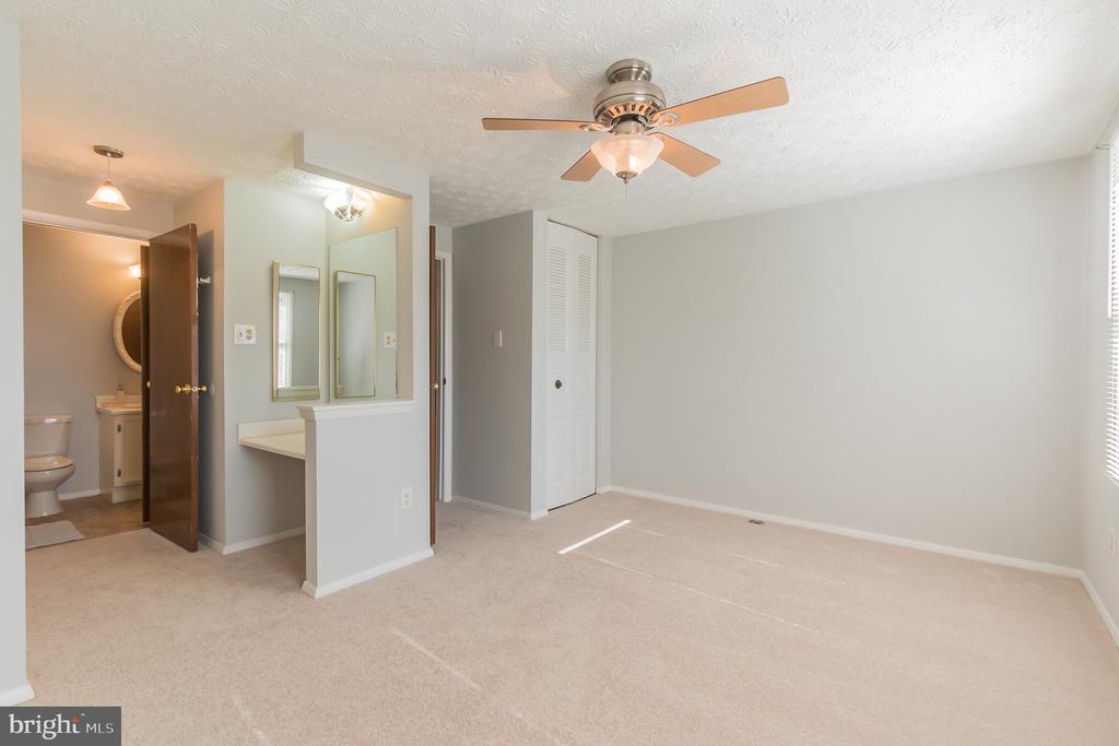 Master bedroom access to full bath - 8203 WHITE STONE LN, SPRINGFIELD