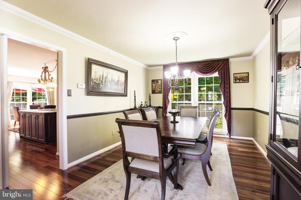 Large dining room with chair rail - 13915 MARBLESTONE DR, CLIFTON
