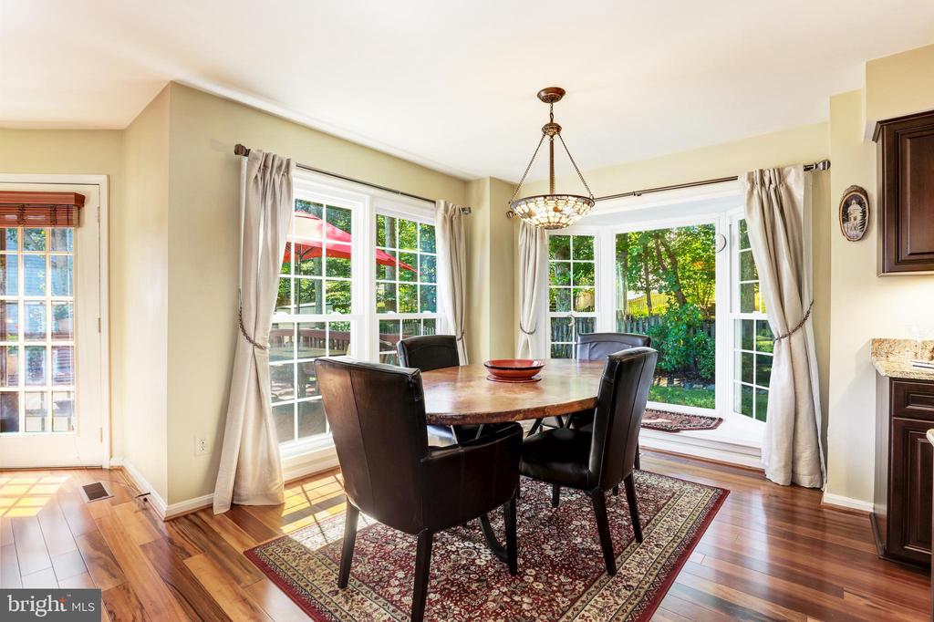 Eat in area overlooking backyard - 13915 MARBLESTONE DR, CLIFTON