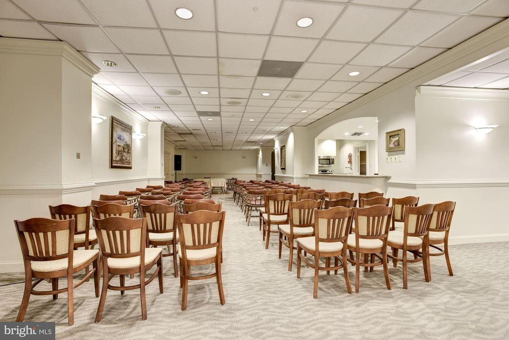 Getting Ready for a Meeting at the Regency - 1800 OLD MEADOW RD #1106, MCLEAN