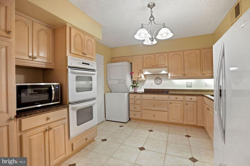 Love to cook: Double ovens, new countertop - 1800 OLD MEADOW RD #1106, MCLEAN